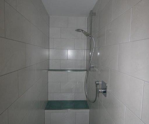 Dusche mit Sitzbank