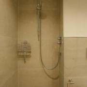 Dusche mit Ablaufrinne