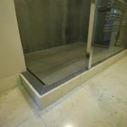 Dusche mit Freistehende Glasscheibe mit senkrechtem Abschlussprofil ofilGroße Dusche mit Ablaufrinne