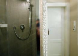Dusche mit Glasscheibe freistehend