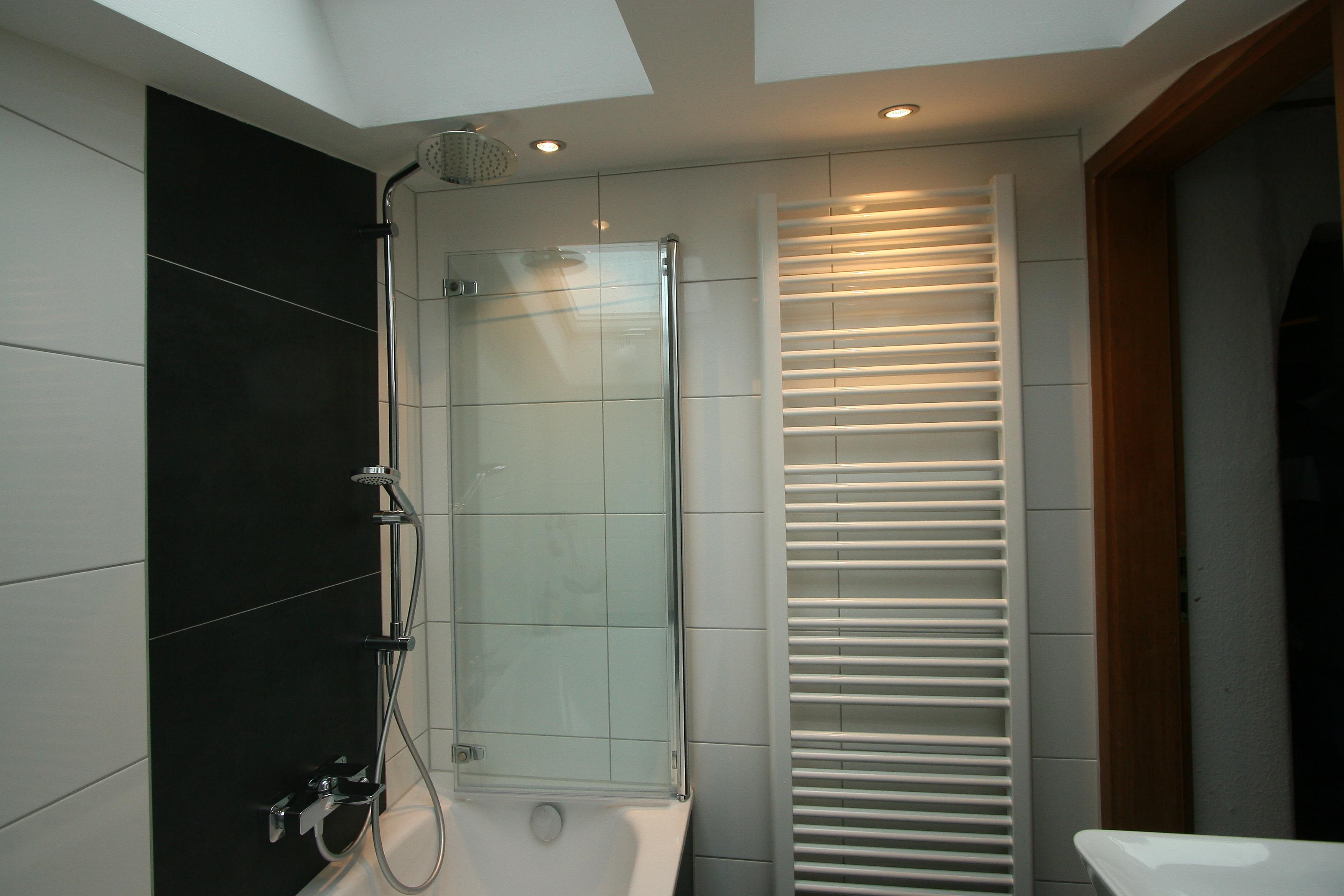 Kleines Bad mit Badewanne und Dusche aus Meisterhand | Schröter ...