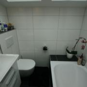 Kleines Bad mit wandhängendes WC