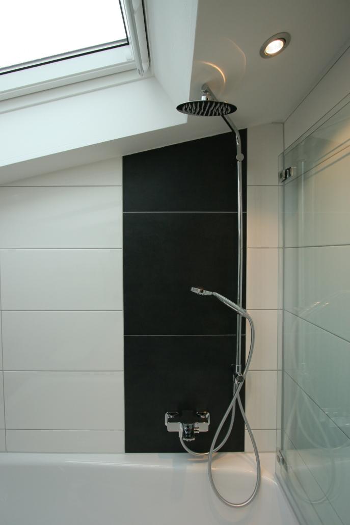 Kleines Bad mit Badewanne und Dusche aus Meisterhand ...