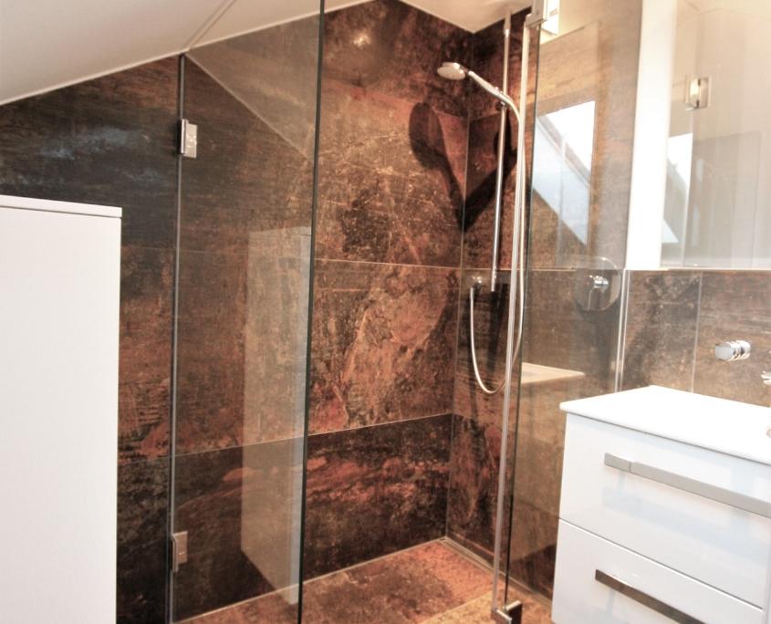 Modernes Badezimmer mit großen Fliesen