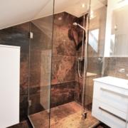 Moderne Dusche in die Dachschräge integriert