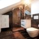 Kleines Bad im Dach mit eingepasster Dusche