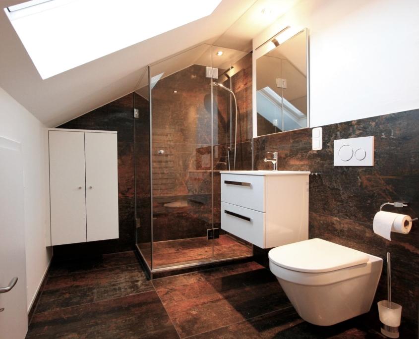 Kleines Bad in der Dachräge mit Fenster. Dusche eingepasst ...