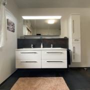 Moderne Waschtischanlage mit zwei Waschbecken